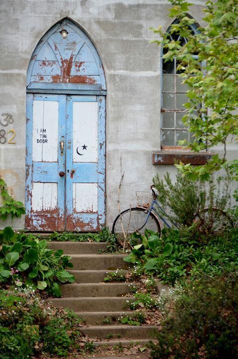 Entrada a la casa de los artesanos.