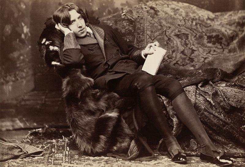 Oscar Wilde reclinado con Poemas, por Napoleón Sarony, en Nueva York en 1882.