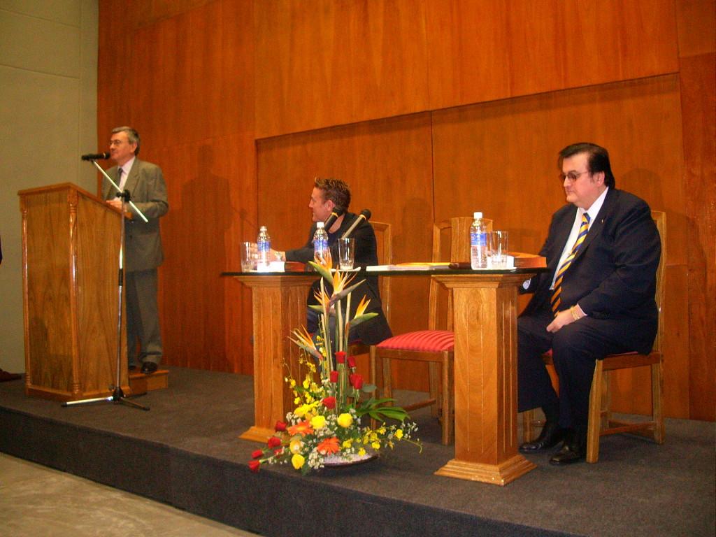 José Peiró Barco en la presentación de su libro La narrativa paraguaya actual (1980-1995).