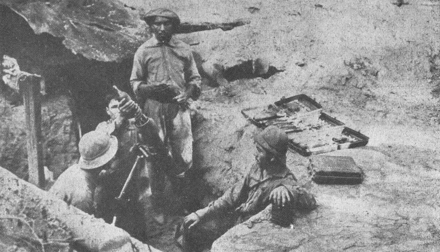 Soldados paraguayos custodiando un mortero. Fotografía: hispanismo.org.