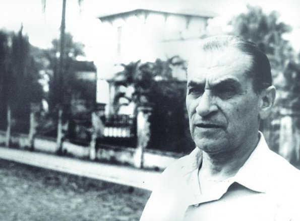 Gabriel Casaccia frente a la que fuera la casa de la babosa. Fotografía: Miguel Ángel Fernández.