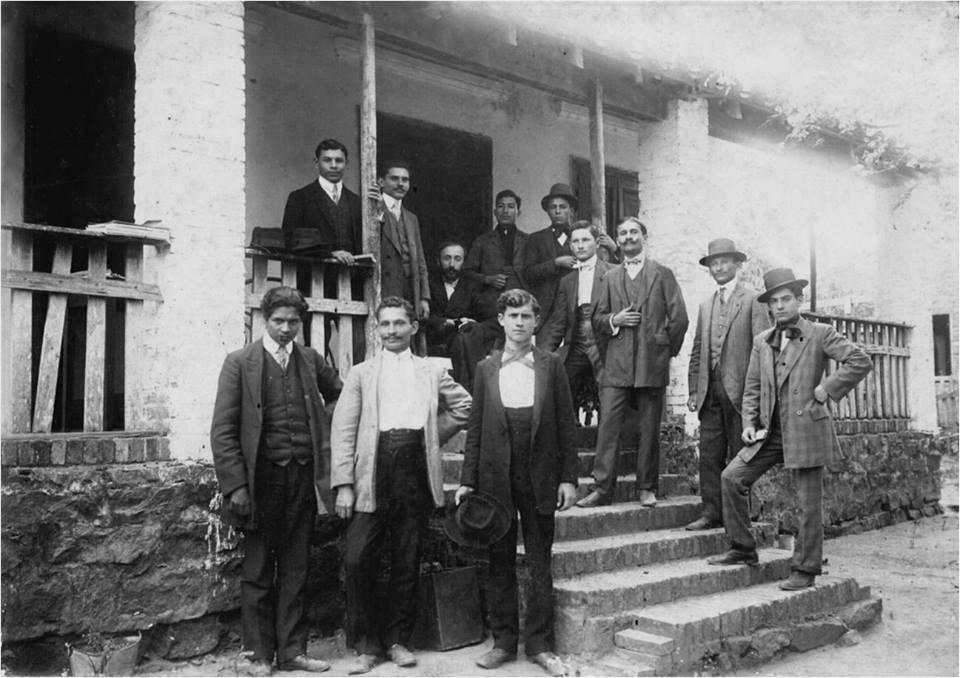 Rafael Barrett (sentado), rodeado de los sindicalistas revolucionarios que lo visitaron en agosto de 1910 en San Bernardino, un mes antes de que partiera a Francia.