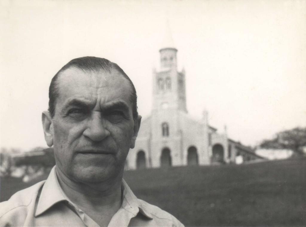 Gabriel Casaccia y la iglesia de Areguá. Fotografía: Miguel Ángel Fernández.