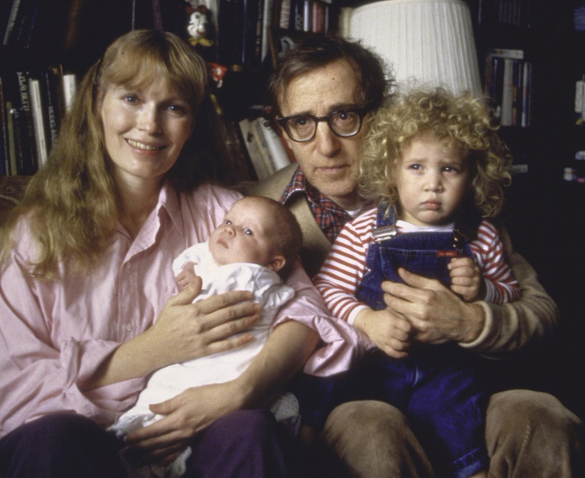Mia Farrow, Woody Allen, el recien nacido Satchel (ahora Ronan) y la hija adoptada Dylan (ahora Malone). Fotografía: Getty.