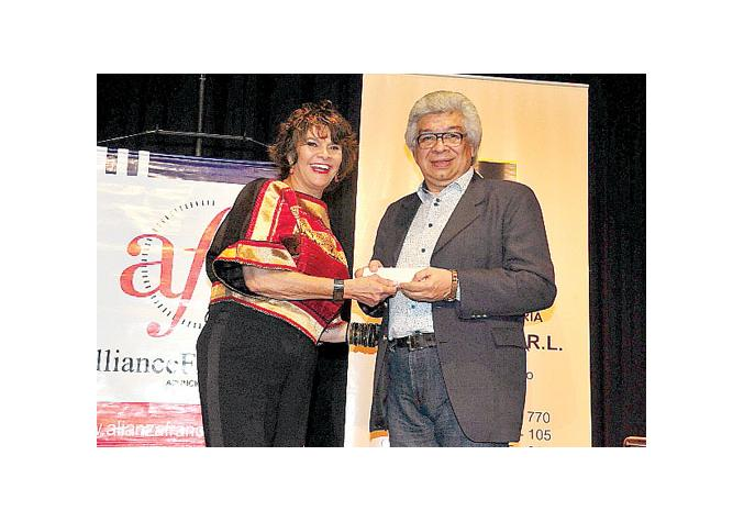 Gloria Giménez, directora del Ateneo, y Bernardo Neri Farina, ganador del Premio Lidia Guanes 2014. Foto: Última Hora.