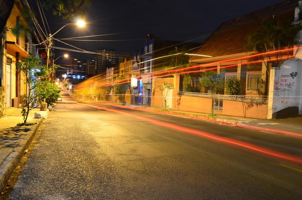 Calle Montevideo, de la Asunción nocturna. Fotografía: Cintia Perezlindo.