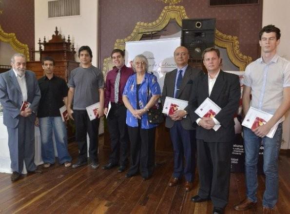 los-ganadores-del-concurso-junto-con-los-miembros-del-jurado-gladys-carmagnola-y-ruben-bareiro-saguier-_595_439_251511
