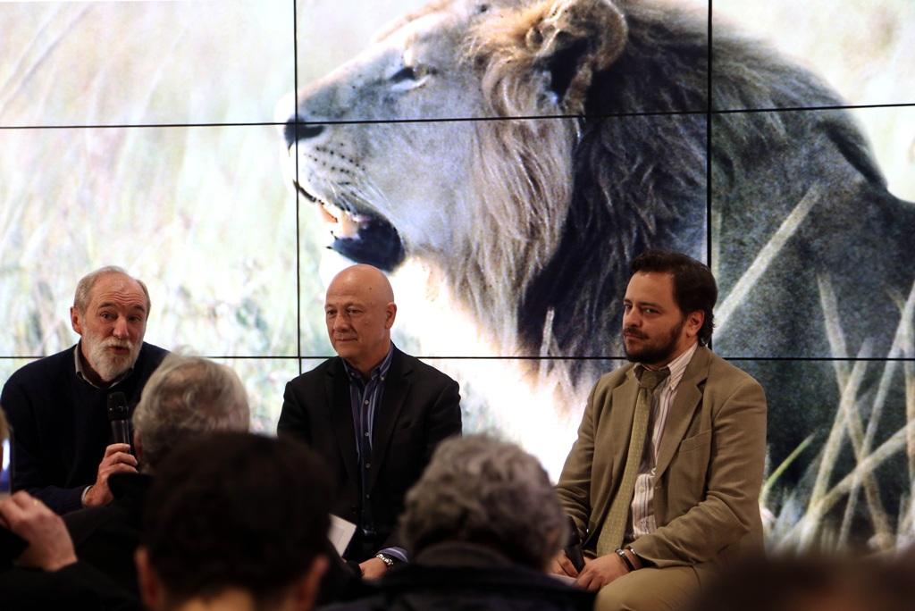 Conversación con Eduardo Aznar (izquierda) durante la exposición La diversidad amenazada.