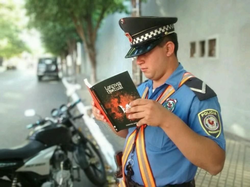 Un_policia_paraguayo_lee_Lascivia_textual